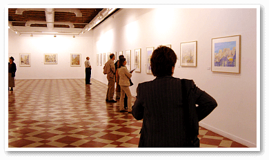 Photo of people visiting the art exhibition in Málaga of original watercolour paintings by Klaus Hinkel