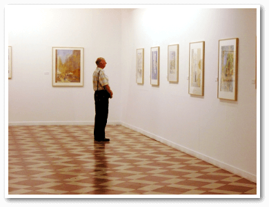 Photo of a man in the art exhibition of painter Klaus Hinkel in Malaga
