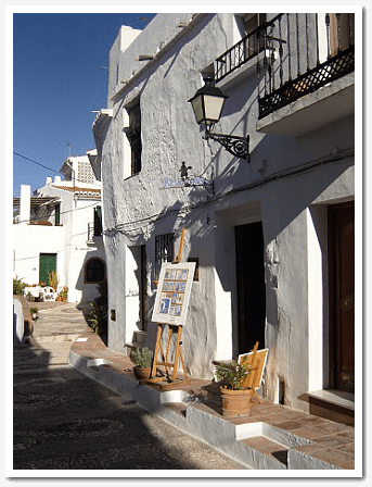 Foto of the street view of the art studio of Klaus Hinkel in Calle Alta 8 in Frigiliana with his easel at the entrance